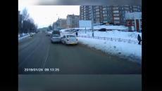 В Смоленске жесткую аварию из-за заснеженной дороги сняли на видео