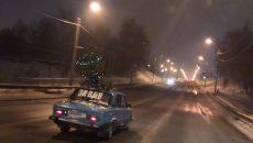 Никто кроме нас. Фото новогоднего авто в Смоленске покорило пользователей Сети