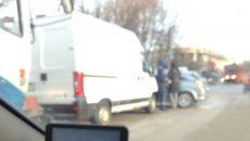 На улице Николаева в Смоленске фургон протаранил иномарку
