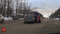 На улице Фрунзе в Смоленске ДТП с малолитражками остановило трамваи