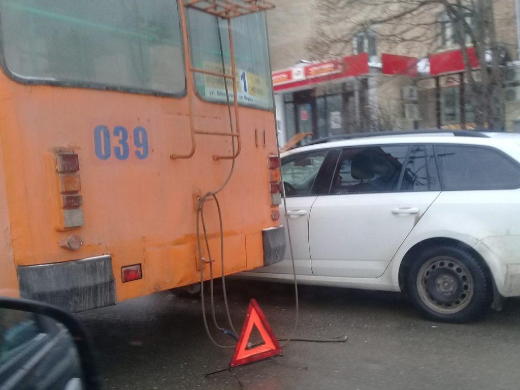 На Медгородке в Смоленске иномарка боднула троллейбус (фото vk.com id163723549, drive2_smolensk)