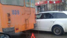 На Медгородке в Смоленске иномарка «боднула» троллейбус