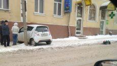 На улице Большой Советской малолитражка врезалась в дом и бетонный столб
