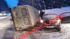 На улице Кутузова в Смоленске произошло жёсткое ДТП с фургоном и малолитражкой