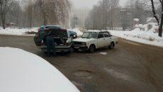 На улице Соколовского в Смоленске ВАЗ протаранил «Волгу»