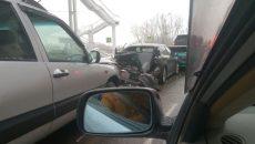 Под путепроводом в Смоленске столкнулись сразу четыре машины