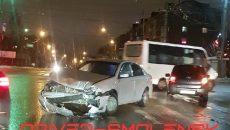 Жесткое ДТП парализовало движение на перекрестке трех дорог в Смоленске