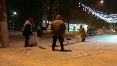 Под Смоленском коммунальщики собрали выпавший снег в мешки