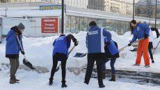 В Смоленске 120 волонтёров «Единой России» убирали снег в центре города