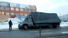 В Смоленске грузовик «ГАЗон NEXT» вылетел с шоссе на обочину