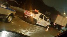 Водитель такси пострадал из-за столкновения с грузовиком в Смоленске