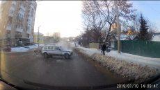 В Смоленске момент столкновения с машиной полицейских попал на видео