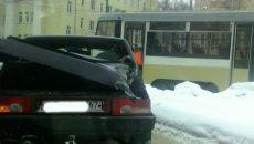 В Смоленске трамвай протаранил легковушку — соцсети