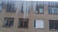 В Смоленске мама с ребенком едва не погибли из-за упавшей с крыши глыбы льда