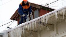 «Лед кусками летит на припаркованные авто!» Жители Смоленска возмутились работой коммунальщиков