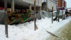 В Смоленске рухнул навес ограждения возле строящегося здания