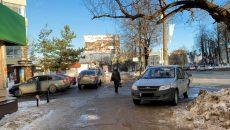 В Смоленске обозленный пешеход сдал в полицию семерых водителей, которые оставили машины на тротуаре