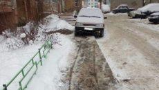 В Смоленске пешеход отомстил автохаму, который оставил машину на тротуаре