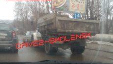 В Смоленске грузовик протаранил иномарку