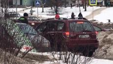 Езду кроссовера по тротуару в Смоленске сняли на видео