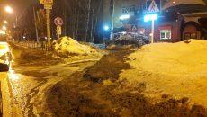 В Смоленске «уборку» снега с тротуара прямо на дорогу сняли на видео