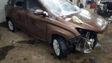 На парковке в Смоленске иномарка врезалась сразу в две машины