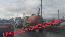 На шоссе в Смоленске автоцистерна врезалась в иномарку