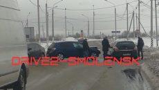 На Краснинском шоссе в Смоленске столкнулись две легковые иномарки