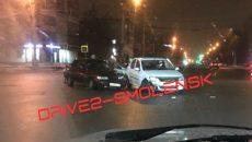 На оживлённом перекрёстке в Смоленске «десятка» протаранила «Логан»