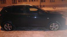 На парковке в Смоленске хулиганы обездвижили кроссовер Nissan Qashqai