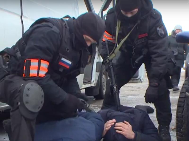 Спецоперацию силовиков на складе липовых сигарет и спиртного в Смоленске сняли на видео