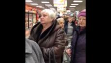 В Смоленске четырёхчасовую очередь в торговом центре сняли на видео