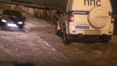 В Смоленске патрульный экипаж полиции припарковался на тротуаре