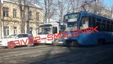 В Смоленске трамвай и маршрутка «зажали в коробочку» легковую иномарку