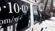 Возле театра в Смоленске хулиганы днём разбили микроавтобус
