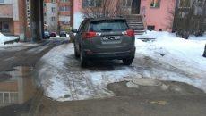 Житель Смоленска наказал автохама за парковку на тротуаре