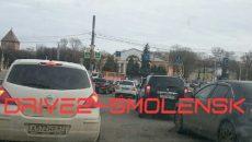 В центре Смоленска автомобиль ДПС врезался в иномарку