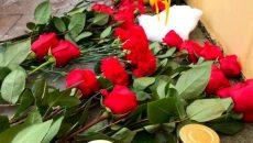 Смоляне несут цветы и игрушки к Дому культуры, где занимались погибшие в ДТП дети