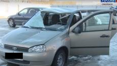 В Смоленске упавшая с крыши глыба льда разбила автомобиль «в хлам»