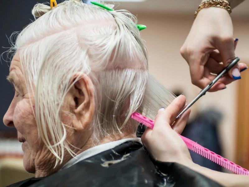 стрижка, парикмахер, женщина (фото m24.ru)