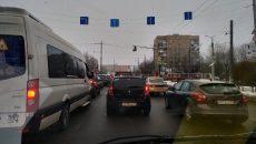 В Смоленске сломанный светофор парализовал движение на перекрестке