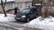 В Смоленске пешеход наказал автохама, который заблокировал вход в подъезд