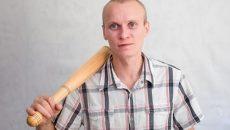 В Смоленске от полицейских пытался сбежать домашний тиран, который воспитывал жену палкой