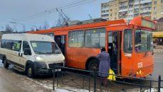 В Смоленске маршрутка заблокировала пассажирам вход в троллейбус