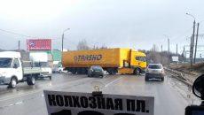 В Смоленске фура перекрыла почти всё шоссе