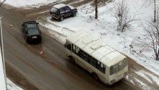 На улице Рыленкова в Смоленске маршрутка врезалась в иномарку