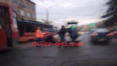 В Смоленске легковушка врезалась в «паркетник» на трамвайных путях