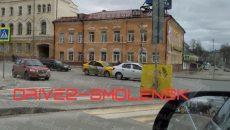 В Смоленске такси врезалось в легкового «тёзку» на перекрёстке