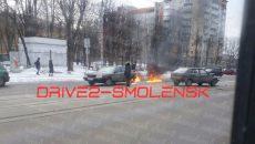 Из-за ДТП на улице Фрунзе в Смоленске загорелась иномарка