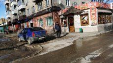 В центре Смоленска автохам припарковался прямо у входа в кафе